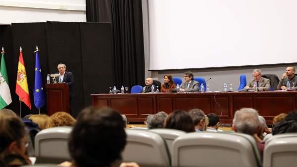 El rector de la UMA, José Ángel Narváez, en un acto