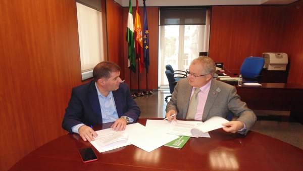 El delegado de Salud, Rafael López, con el alcalde de Jabugo, Gilberto Domínguez