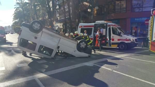 Furgoneta volcada en la Gran Via de Germaníes de València