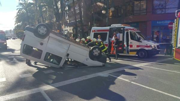 Dos persones resulten ferides lleus en la bolcada d'un turisme en la Gran Via de Germanies de València