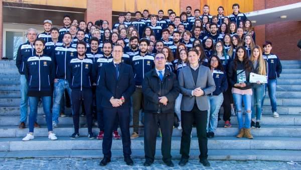El rector de la UPO, Vicente Guzmán, con alumnos deportistas de la universidad