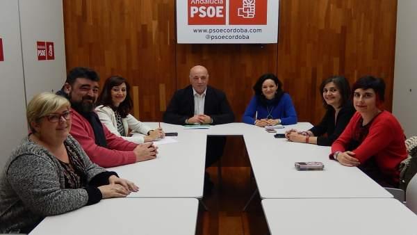 Los dirigentes del PSOE (centro) con los de UGT (izda.) y CCOO (dcha.)