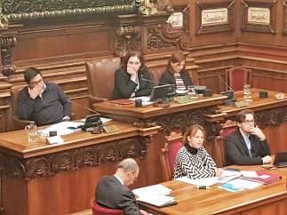 Gerardo Pisarello, Ada Colau, Laia Ortiz: pleno del Ayuntamiento de Barcelona.