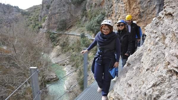 Maribel de Pablo y Marisa Romero por las pasarelas del río Vero en Alquézar