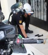 Un agent inspecciona l'entrada a una casa