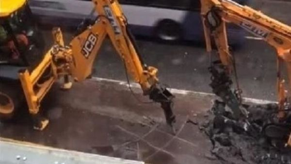 Juegan al tres en raya con dos excavadoras