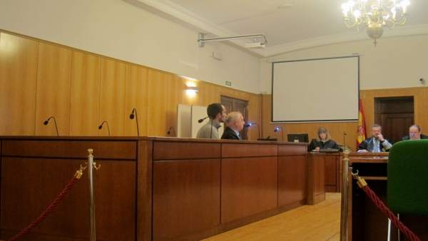 El condenado junto a su abogado en la Audiencia.
