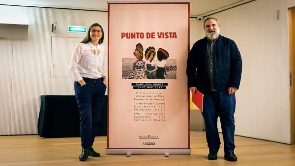 Garbiñe Ortega y Fernando Pérez posan junto al cartel del festival