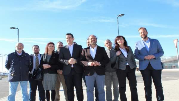 Ciudadanos en rueda en el Dique de Levante en apoyo al hotel del puerto