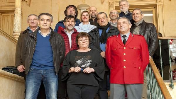 Mª José Beaumont con los policías forales jubilados
