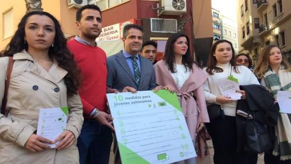 Carlos Conde en rueda de prensa con Loli Caetano, de NNGG Málaga