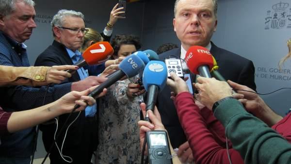 El presidente de ADIF, Juan Bravo, ante de los medios en Delegación