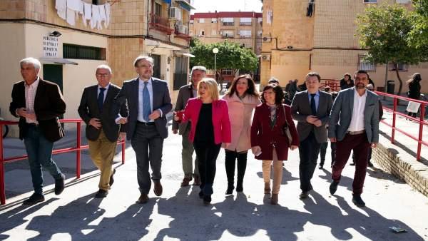 El consejero de Fomento, Felipe López, visita las mejoras en viviendas de Jerez