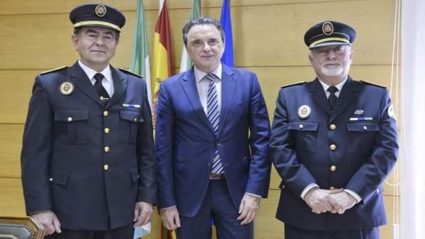 Nuevo jefe policía local de Torremolinos, con el anterior y el alcalde