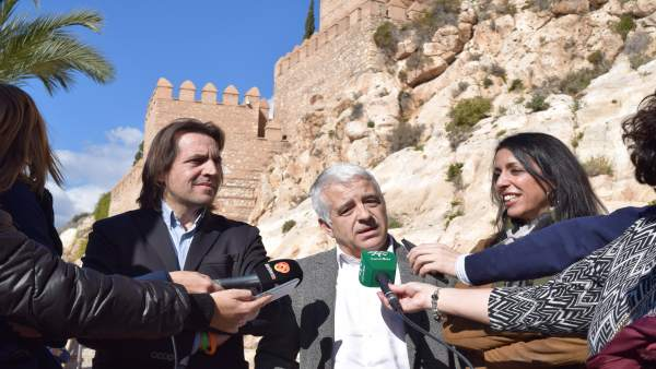Representantes de Ciudadanos (Cs), ante la Alcazaba de Almería