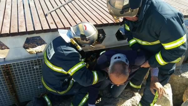 Bomberos rescatan a un pescador herido en Algeciras