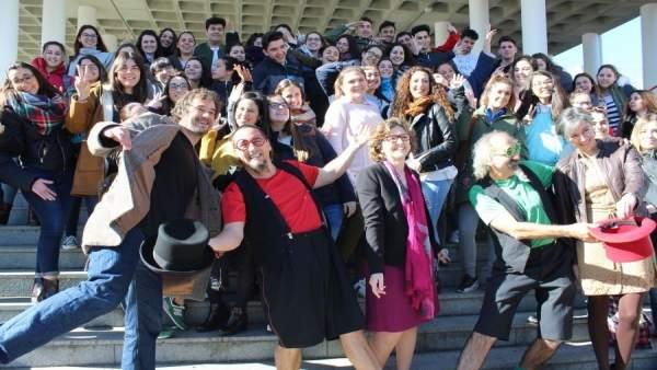 Autoridades y alumnos en la presentación de Circuni