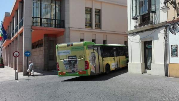 Un autobús de Aucorsa pasa junto al Ayuntamiento