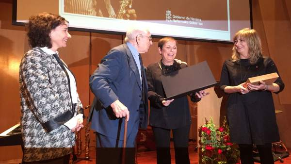 Uxue Barkos entrega el premio 'Francisco de Javier' a Pedro Iturralde
