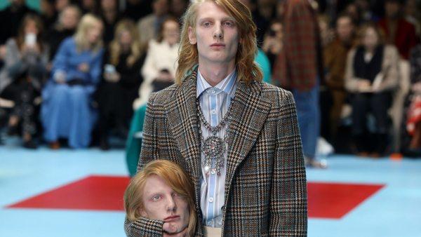 Modelos desfilan con recreaciones de sus cabezas decapitadas