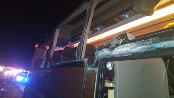Dotze ferits en l'accident entre un autobús amb 55 passatgers i un camió en l'A3 a Villagordo (València)
