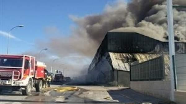Incendio en varias naves de Caniles