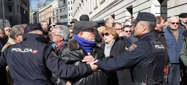 Miles de pensionistas cortan los alrededores del Congreso
