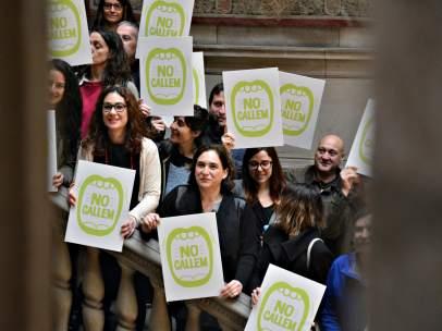 La alcaldesa de Barcelona, Ada Colau, junto representantes de diferentes discotecas de la ciudad.