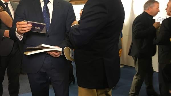 El presidente canario, Fernando Clavijo, con el nieto de Pino Ojeda