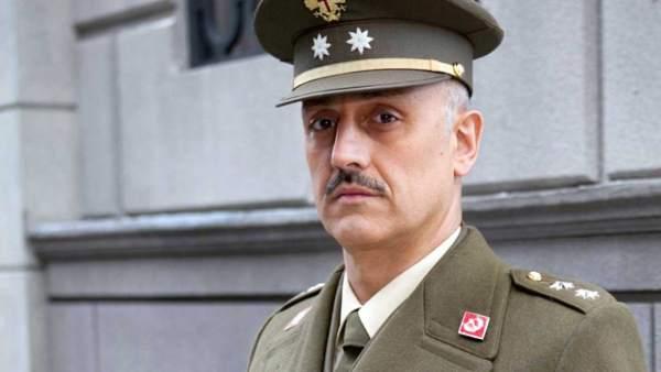 El actor Alberto Jiménez como Eugenio Armenteros en la serie 'Amar' de RTVE.