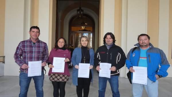 Las concejalas de Sevilla Cristina Honorato y Eva Oliva, junto a bomberos