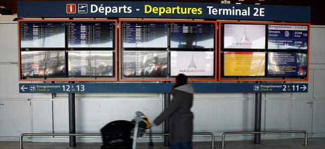 Pantalla de información de salidas en el aeropuerto de Charles de Gaulle