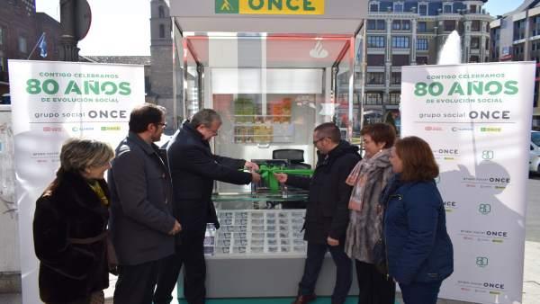 Silván inaugura el nuevo modelo de kiosco de la ONCE