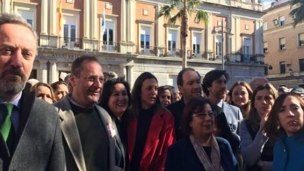 Dirigentes socialistas acuden a la movilización en Huelva por las pensiones.