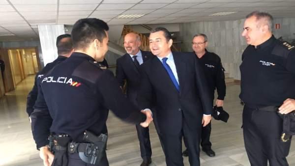 Sanz se reúne con mandos y agentes de la Policía Nacional