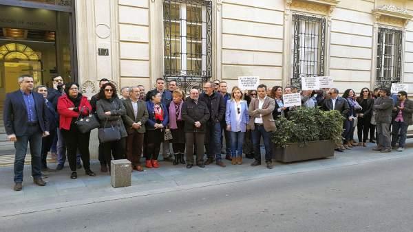 Concentración de alcaldes y portavoz del PSOE a las puertas de Diputación