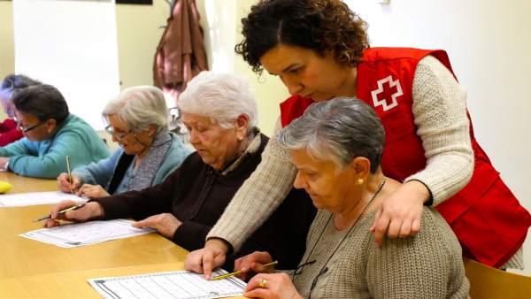 Cruz Roja hace compañía a personas mayores que viven solas