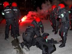 Muere un ertzaina tras una batalla campal con ultras rusos en Bilbao