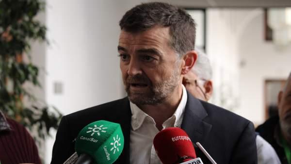 El coordinador general de IU Andalucía, Antonio Maíllo, atiende a los medios