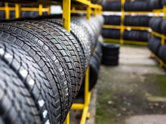 Neumáticos en un almacén