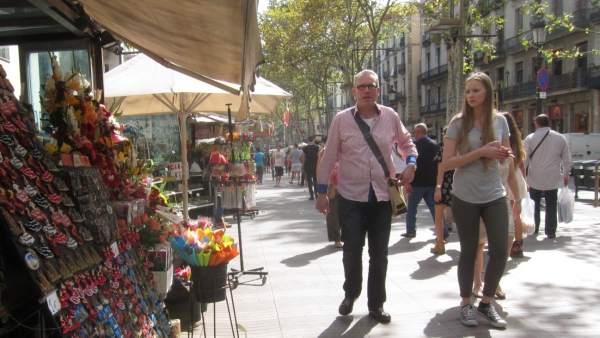 Floristas de La Rambla de Barcelona venden 'souvenirs'.