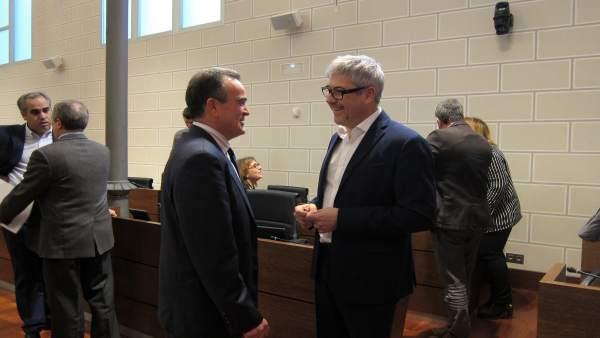 Sánchez Quero (PSOE) y Artajona (PP), hablando antes del pleno de la DPZ