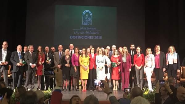 Autoridades y premiados durante el acto por el 28-F