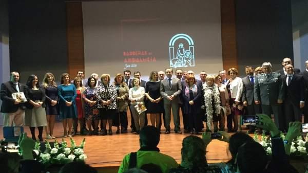 Foto de familia de autoridades y premiados con las Banderas de Andalucía 2018.