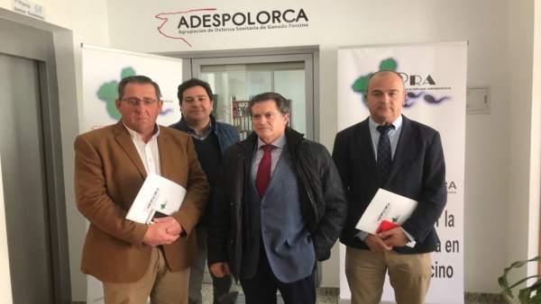 Jódar con miembros de la Agrupación de Defensa Sanitaria de Ganado Porcino Lorca