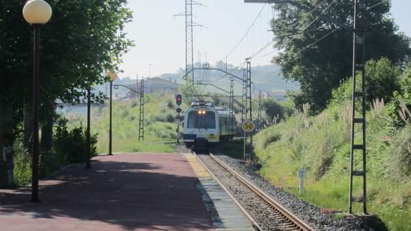 Un tren de cercanías llegando a la estación de Orejo, Marina de Cudeyo.
