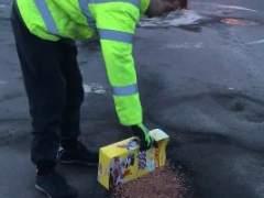 Un hombre se mofa de su ayuntamiento rellenando baches con cereales