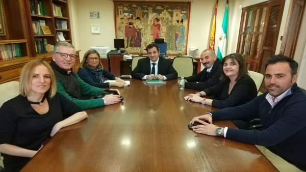Los sindicalistas de CCOO en su reunión con el delegado (centro)