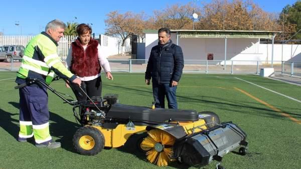 Francisca Carmona se interesa por el funcionamiento de la nueva barredora