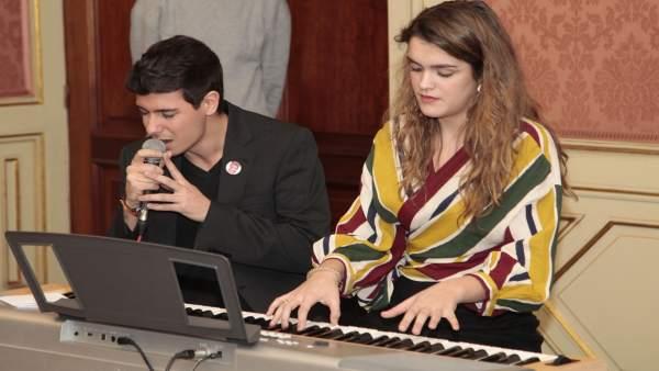 Alfred García y Amaia Romero, en el Ayuntamiento de Pamplona.